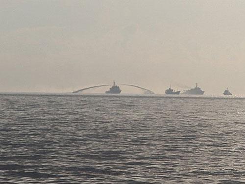 Tàu Trung Quốc phun vòi rồng vào tàu kiểm ngư Việt Nam hôm 28-5 Ảnh: CNN