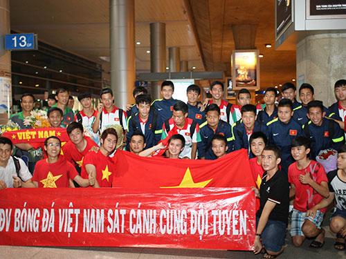 Các tuyển thủ U19 Việt Nam cùng CĐV tại sân bay Tân Sơn Nhất