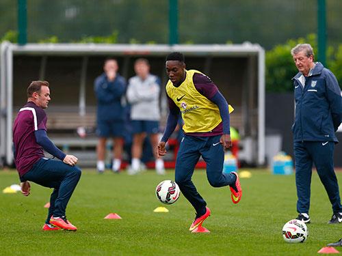 """Rạng sáng 23-11, Rooney (trái) và Welbeck sẽ ở hai bên """"chiến tuyến"""" khi M.U làm khách trước Arsenal Ảnh: REUTERS"""