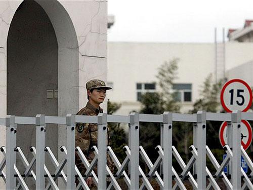 Binh lính canh gác bên ngoài tòa nhà của đơn vị 61398 ở Thượng Hải Ảnh: REUTERS