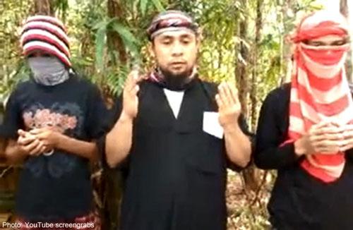 Isnilon Hapilon (giữa), thủ lĩnh nhóm Abu Sayyaf, tuyên thệ trung thành với IS Ảnh: The Star
