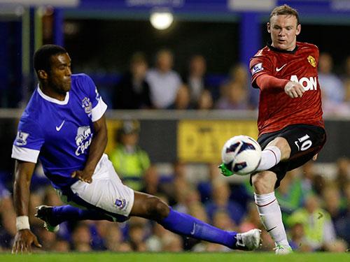 Rooney (phải) chỉ mới ghi 4 bàn trong 15 lần đối đầu đội bóng cũ Everton ở Giải Ngoại hạng Anh. Ảnh: REUTERS