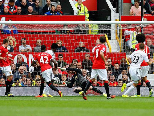 Sigurdsson trong bàn nâng tỉ số 2-1 cho Swansea Ảnh: REUTERS