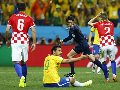 Hàng thủ Croatia ngỡ ngàng khi trọng tài Nishimura chỉ tay vào chấm phạt đền sau pha té ngã rất khéo  của Fred Ảnh: REUTERS