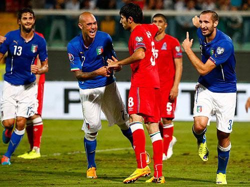 Chiellini (bìa phải) thừa nhận anh trải qua trận đầu kỳ lạ trong màu áo tuyển Ý  Ảnh: REUTERS