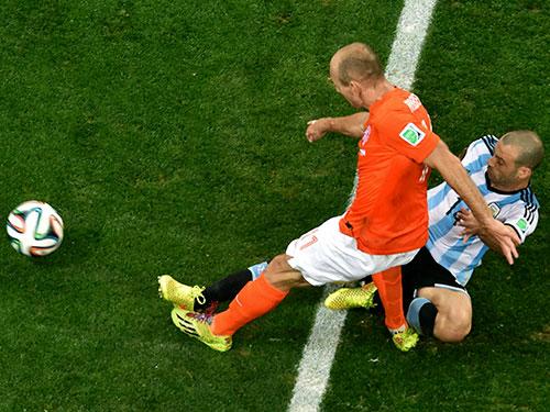 Mascherano (phải) và pha vào bóng quyết định ngăn cản Robben ghi bàn ở phút bù giờ hiệp 2 trận bán kết  Ảnh: REUTERS