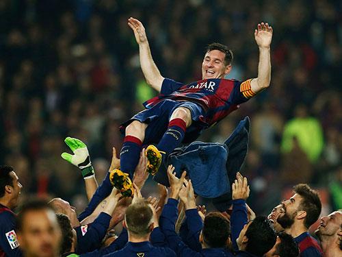 Các cầu thủ Barcelona tung hê Messi sau khi anh phá kỷ lục ghi bàn tại La Liga tồn tại 6 thập kỷ  Ảnh: REUTERS