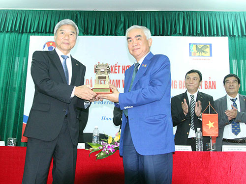Chủ tịch VFF Lê Hùng Dũng (phải) và đại diện lãnh đạo LĐBĐ Nhật Bản trong lễ ký hợp đồng hợp tác Ảnh: Hải Anh