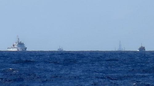 Giàn khoan và tàu Trung Quốc hoạt động trái phép trong vùng đặc quyền kinh tế và thềm lục địa Việt Nam hôm 15-7 Ảnh: Reuters