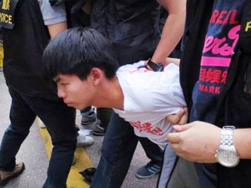 Thủ lĩnh biểu tình Joshua Wong bị cảnh sát bắt ngày 26-11 Ảnh: SCMP