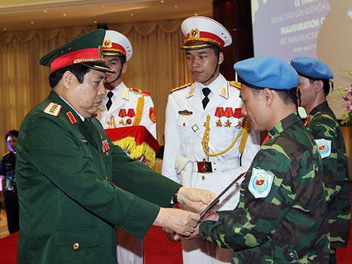 Bộ trưởng Phùng Quang Thanh trao quyết định, mũ nồi xanh cho 2 sĩ quan làm nhiệm vụ gìn giữ hòa bình Liên Hiệp Quốc tại Nam Sudan