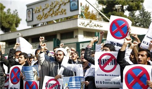 Nhiều sinh viên Iran tụ tập ở Tehran bày tỏ sự ủng hộ chương trình  hạt nhân của nước này Ảnh: FNA