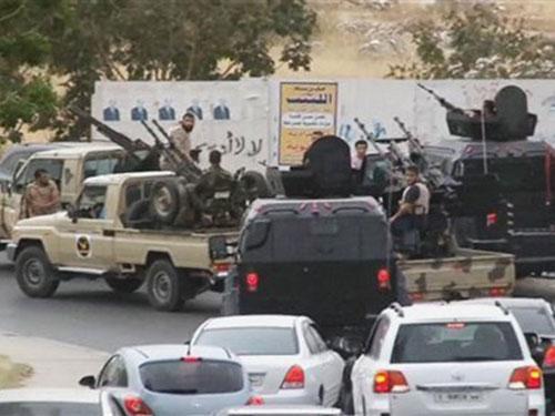 Các lực lượng an ninh Tripoli trên đường phố hôm 18-5 Ảnh: AP