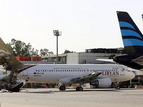 Một máy bay của hãng Libyan Airlines bị hư hỏng trong các cuộc đụng độ gần đây ở sân bay Tripoli Ảnh: EPA