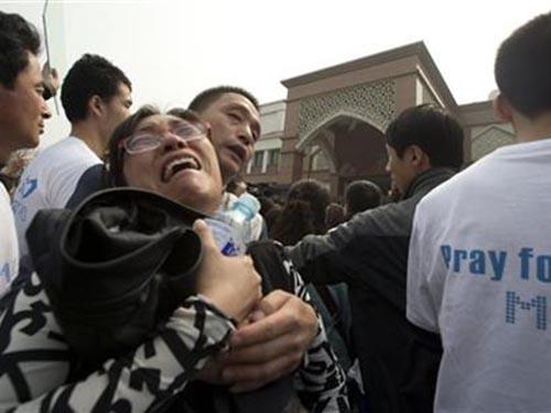 Thân nhân của những hành khách Trung Quốc trên chiếc máy bay mất tích gào khóc trước Đại sứ quán Malaysia tại Bắc Kinh hôm 25-3 Ảnh: AP