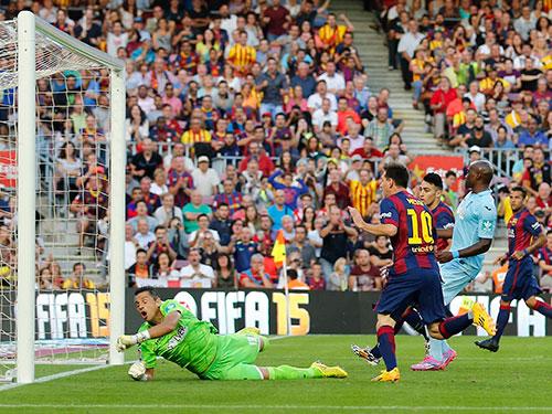 Messi (10) đã vượt cột mốc 400 bàn trong sự nghiệp sau cú đúp vào lưới Granada Ảnh: REUTERS