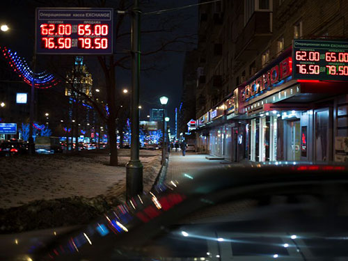 """Ngày 15-12 được xem là """"thứ hai đen tối"""" đối với đồng rúp Nga khi loại tiền tệ này giảm giá mạnh nhất  kể từ năm 1998 Ảnh: AP"""