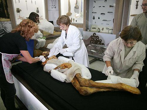 Hội đồng khoa học của Viện Khoa học Nga chi nhánh Siberia gói ghém xác ướp đưa về lại vùng Altay vào năm 2012 Ảnh: RIA Novosti