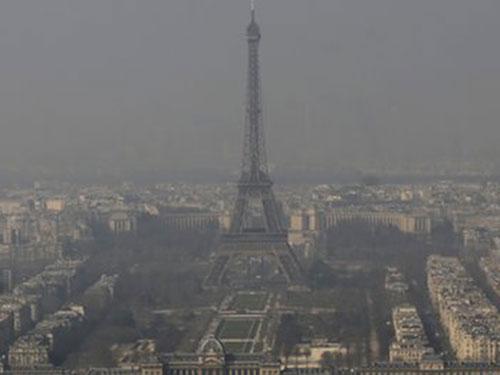 Paris mù mịt khói bụi nhiều ngày qua Ảnh: AP