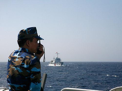 Cảnh sát biển Việt Nam theo dõi tàu Trung Quốc hoạt động trái phép ở vùng biển Việt Nam Ảnh: Reuters