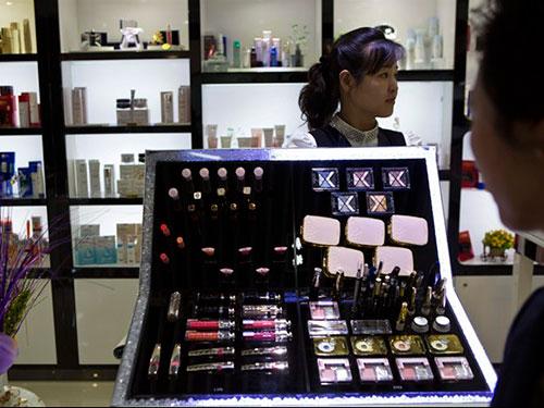 Đồ trang điểm hiệu Dior được bày bán trong khu phức hợp dịch vụ Haedanghwa ở thủ đô Bình NhưỡngẢnh: AP