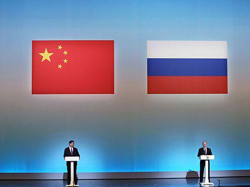 """Chủ tịch Trung Quốc Tập Cận Bình (trái) và Tổng thống Nga Vladimir Putin dự lễ khai mạc """"Năm văn hóa Trung Quốc tại Nga"""" vào tháng 3-2013 Ảnh: US NEWS"""