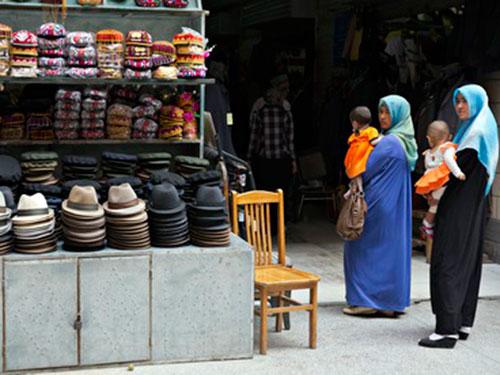 Phụ nữ Duy Ngô Nhĩ ở TP Aksu, phía Tây Tân Cương Ảnh: AP