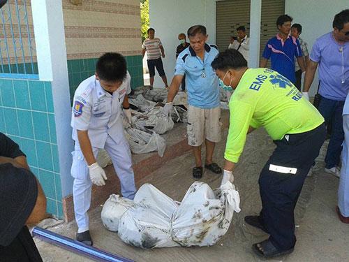 Nhân viên  chuyển xác nạn nhân về bệnh viện  Ảnh: FACEBOOK/ THAI PBS