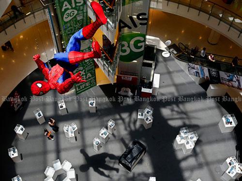 Một mô hình người nhện treo lơ lửng trong một trung tâm mua sắm ở Bangkok  Ảnh: THE BANGKOK POST