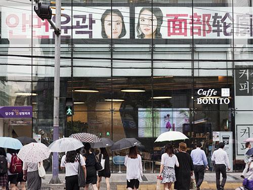 Dòng người qua lại tấp nập trước cửa một bệnh viện phẫu thuật thẩm mỹ ở Seoul - Hàn Quốc Ảnh: Washington Post