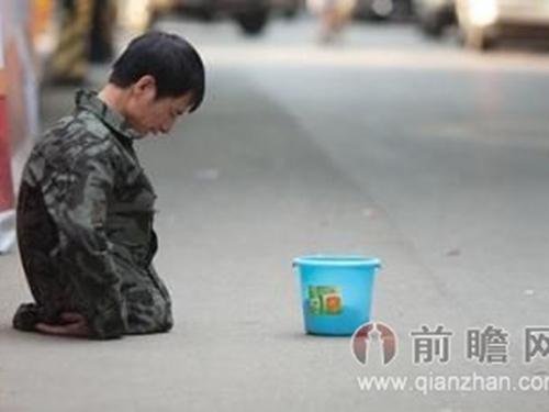 Một người khuyết tật ăn xin trên đường phố Đông HoảnẢnh: QIANZHAN.COM