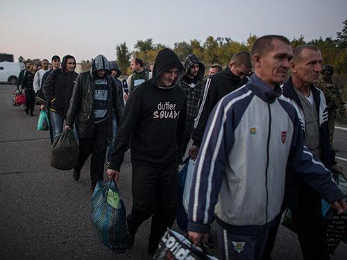 30 người thuộc phe ly khai đã được trao trả ở Donetsk hôm 28-9 Ảnh: REUTERS