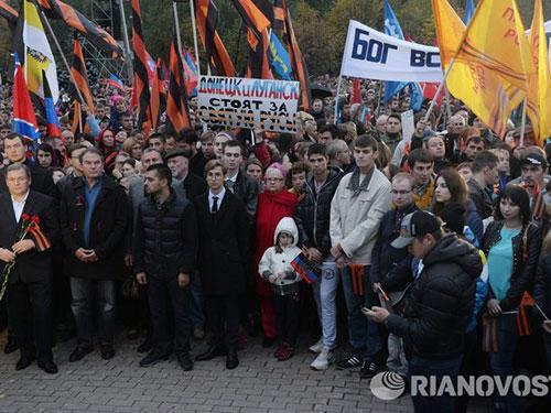 Hàng ngàn người đã tham gia cuộc mít tinh ở Moscow hôm 27-9, tưởng niệm các thường dân bị sát hại ở Ukraine và yêu cầu quốc tế điều tra về các ngôi mộ tập thể ở Donbass Ảnh: RIA NOVOSTI
