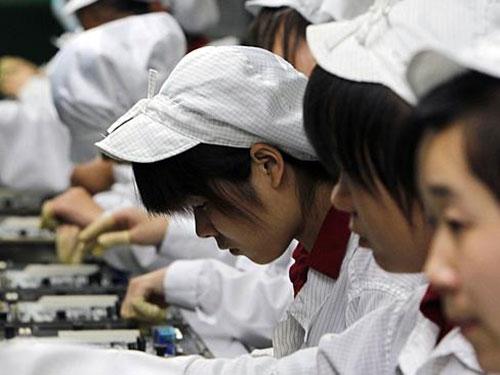 Các công nhân trong dây chuyền sản xuất tại nhà máy ở Thẩm Quyến của Tập đoàn Foxconn Ảnh: AP
