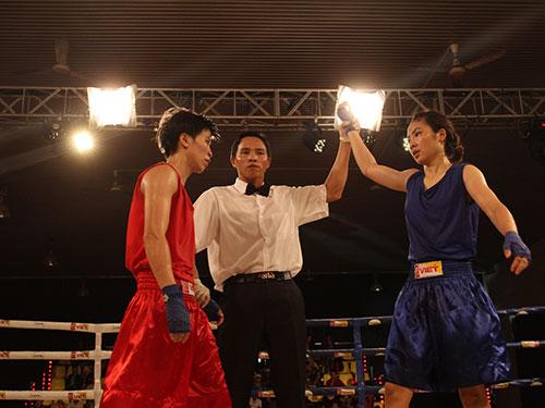 Ngọc Anh (phải) gây bất ngờ sau chiến thắng 3-0 trước Diễm Kiều ở hạng cân 51 kg nữ
