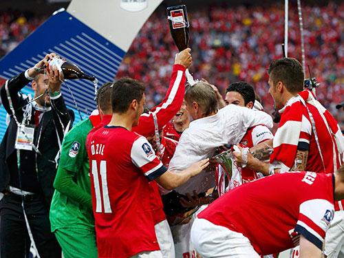 Các ngôi sao Arsenal công kênh rồi tắm bia HLV Wenger sau lễ nhận cúp vô địch FA rạng sáng 18-5   Ảnh: REUTERS