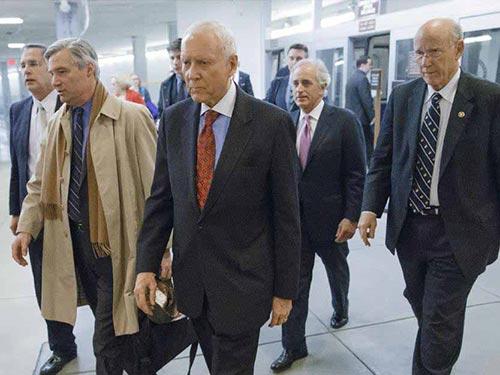 Các thượng nghị sĩ đến Đồi Capitol bỏ phiếu cho dự luật ngân sách 2014 hôm 16-1 Ảnh: AP