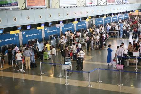 Hành khách làm thủ tục bay tại sân bay quốc tế Nội Bài.