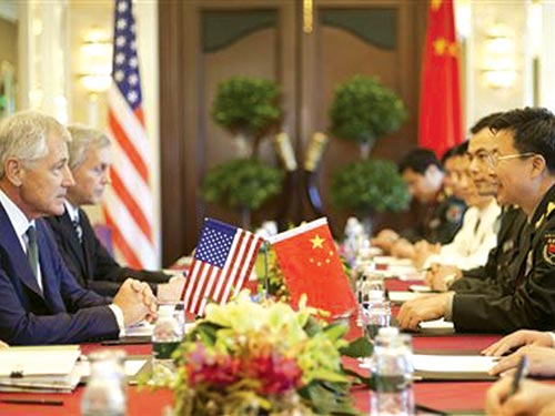 Bộ trưởng Quốc phòng Mỹ Chuck Hagel (trái) gặp Phó Tổng tham mưu trưởng Quân đội Trung Quốc  Vương Quán Trung ngày 31-5 Ảnh: AP