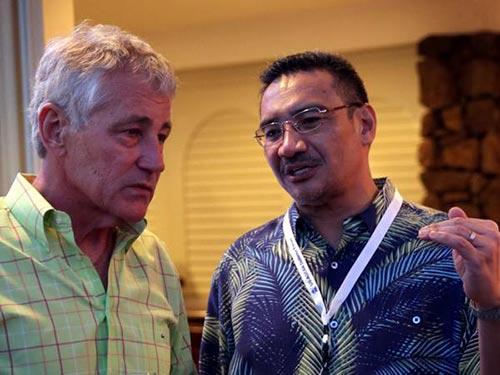 Bộ trưởng Quốc phòng Mỹ Chuck Hagel (trái) và vị đồng cấp Malaysia Hishammuddin Hussein trong buổi tiếp đón ở Hawaii ngày 1-4 Ảnh: AP