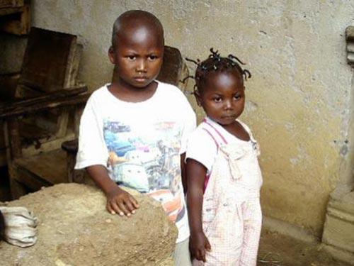 Hai em bé người Liberia này đã mất cả cha lẫn mẹ vì dịch bệnh Ebola Ảnh: BLOOMBERG