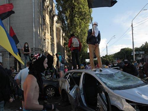 Quan hệ Ukraine - Nga thêm căng thẳng sau cuộc biểu tình trước Đại sứ quán Nga ở Kiev hôm 14-6 Ảnh: AP