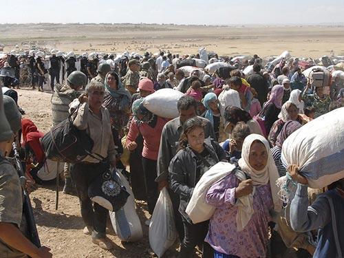 Khoảng 70.000 người Kurd ở Syria đã bỏ chạy sang Thổ Nhĩ Kỳ trong vài ngày qua để tránh mối đe dọa của IS Ảnh: REUTERS