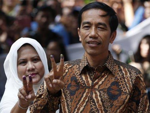 Ứng cử viên tổng thống Joko Jokowi Widodo (phải) cùng vợ Iriana bỏ phiếu ở Jakarta Ảnh: REUTERS