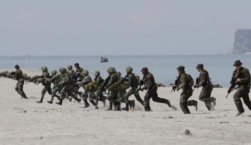 Lính thủy đánh bộ Philippines và Mỹ trong một cuộc tập trận chung gần đây Ảnh: AP