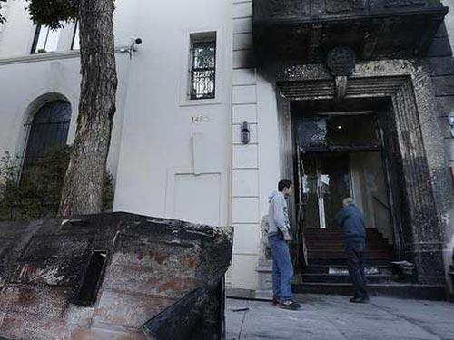 Tổng lãnh sự quán Trung Quốc tại San Francisco bị đốt. Ảnh: AP