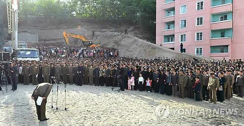 Một quan chức Triều Tiên cúi đầu xin lỗi công chúng vì vụ sập tòa nhà chung cư  Ảnh: YONHAP