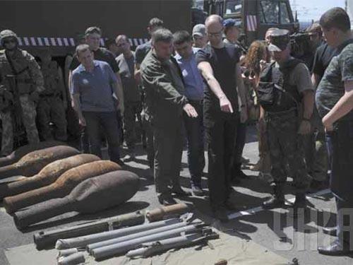 Thủ tướng Ukraine Arsenyi Yasenyuk (đeo kính) thăm vùng Luhansk hôm 16-7 Ảnh: UNIAN