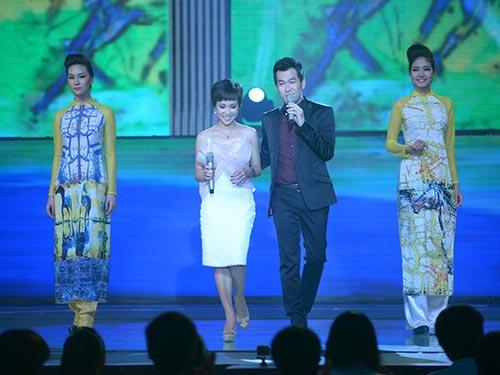 Uyên Linh - Hồ Trung Dũng biểu diễn trong Đón Tết cùng VTV (Ảnh do chương trình cung cấp)