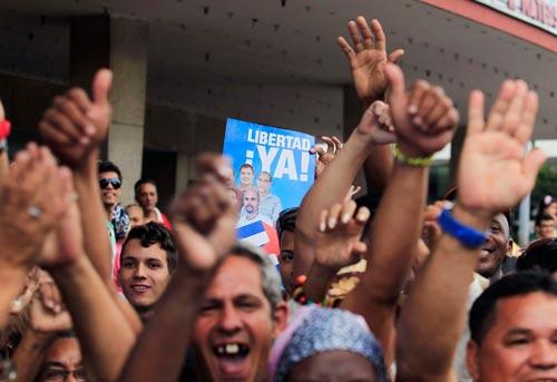 Người Cuba tại Havana giơ cao bức ảnh Nhóm5 công dân Cuba (Cuban Five) để chúc mừng các thành viên của nhóm này được Mỹ trả tự do Ảnh: REUTERS